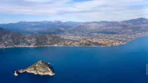 Piana Albenga e Isola Gallinara in primo piano