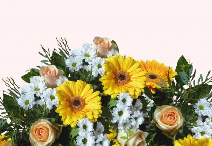 Un mazzo di fiori con rose e gerbere per San Valentino